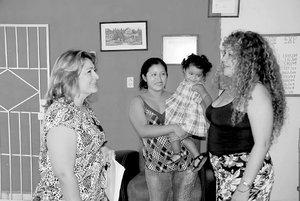 La a abogada Gabriela Rojo Castillo acompañó a su defendida Yasuri Sac-Nicté Pool Mayorga, quien fue visitada por Gabriela del Socorro Díaz Romero, coordinadora del Centro de Atención a Víctimas de Violaciones de la Comisión de Derechos Humanos para brindarle asistencia sicológica (Foto: SILVIA HERNÁNDEZ EL UNIVERSAL )